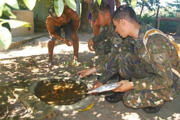 Militares dão instruções aos moradores em ação de combate ao Aedes aegypti