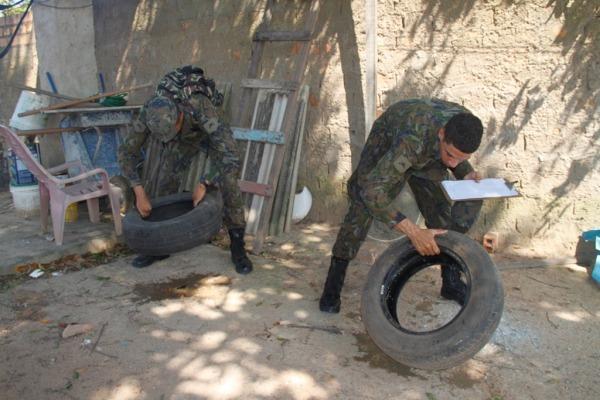 Militares mostrando a maneira correta de manter os pneus bem guardados