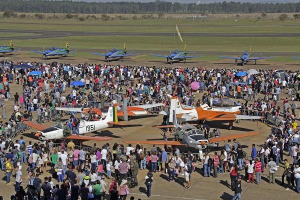 Atividade promoveu diversas atrações, como exposição de aeronaves e apresentação da Esquadrilha da Fumaça