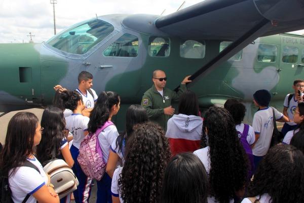 Os militares demonstraram, na prática, conceitos de física, como atuação de forças, energia, aerodinâmica e termodinâmica