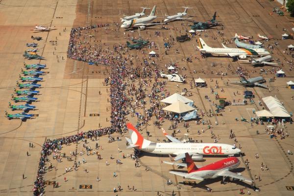 Programação contou com exposição de aeronaves, apresentação da Esquadrilha da Fumaça e paraquedismo