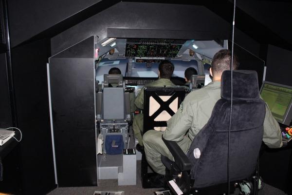 Simulador de voo da aeronave C-105 é utilizado para o treinamento