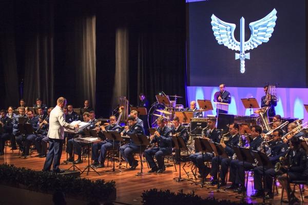 Durante mais de 90 minutos, a orquestra regida pelo Capitão Músico Sadi Melchior exibiu combinação de ritmos