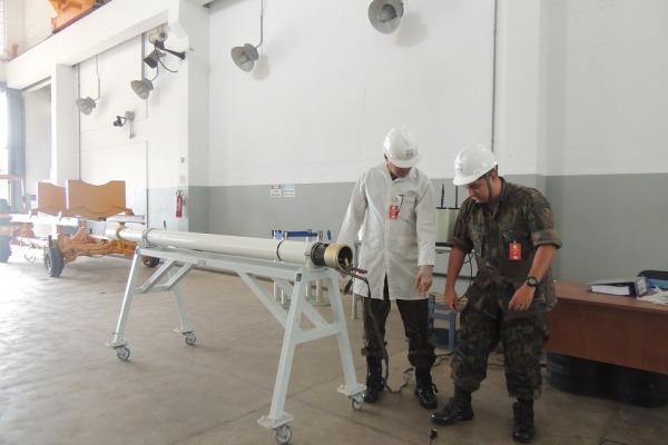 Equipe operacional do CLA trabalha na preparação do foguete