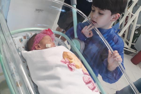 Pedro conhece a irmã ainda no hospital