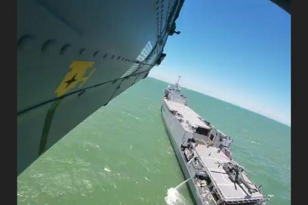 H-36 em aproximação ao navio da Marinha do Brasil