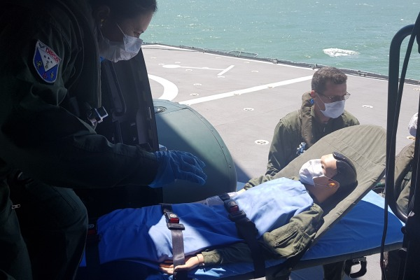 Paciente simulado sendo transportado pelo helicóptero