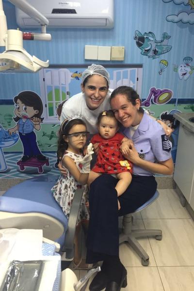 Luiza e Camila vão à odontopediatra desde bebês, como mostra a foto de 2016