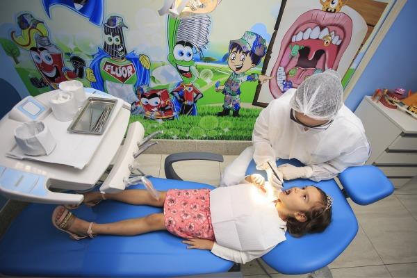 Capitão Aline examina a pequena paciente