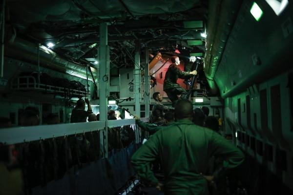 Soldados realizam desembarque pela escotilha dianteira do avião