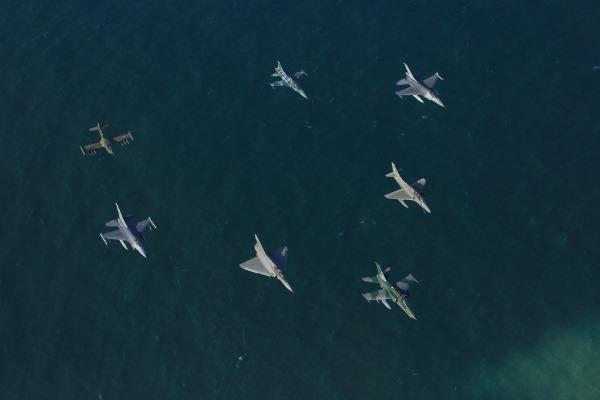 Profissionais de comunicação puderam captar imagens de um esquadrão de sete caças