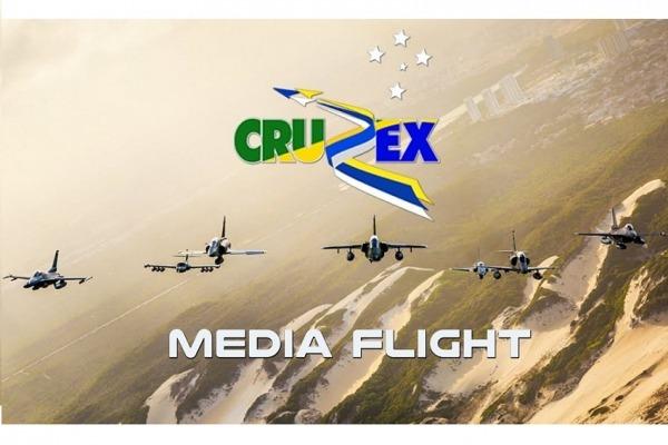 O voo reuniu sete aviões de caça, uma aeronave de transporte e um helicóptero