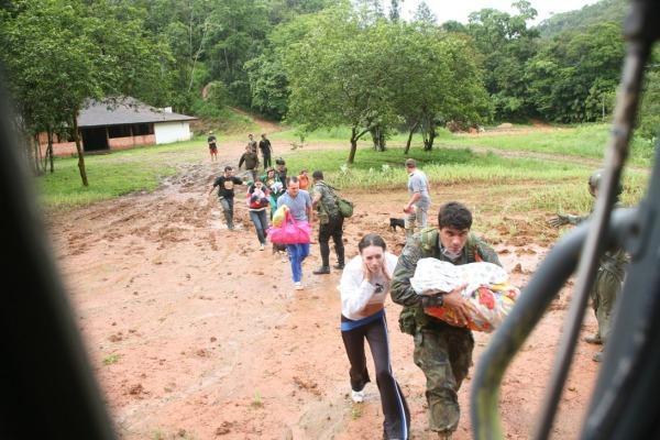 Moradores ficaram alagados em Ilhota durante as enchentes