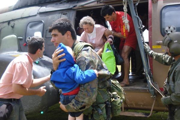 FAB resgatou diversos moradores em 2008