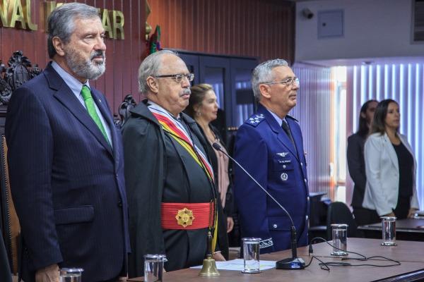 Autoridades civis e militares acompanham a solenidade