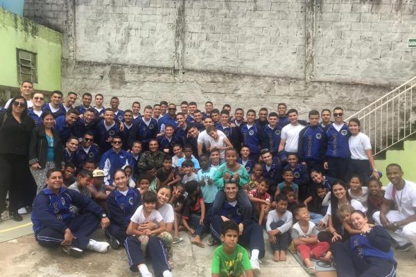 Durante as atividades, o grupo visitou asilos, creches e também doou sangue