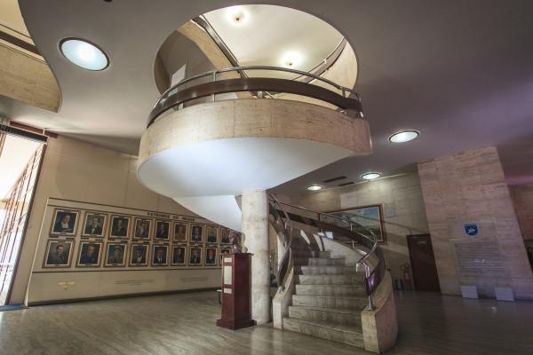 Os pavimentos são conectados por uma escada helicoidal