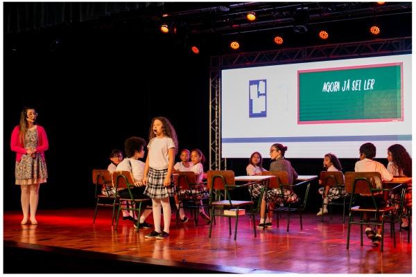 O espetáculo foi apresentado no teatro de universidade local
