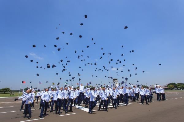Os militares receberam a espada que simboliza o oficialato
