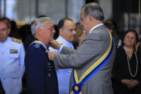 Ministro Raul Jungmann entrega medalha ao Comandante da FAB