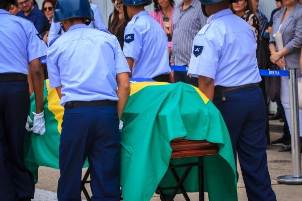 Durante o velório, foi realizada uma missa e prestadas as honras fúnebres com a salva de tiros e o toque da corneta