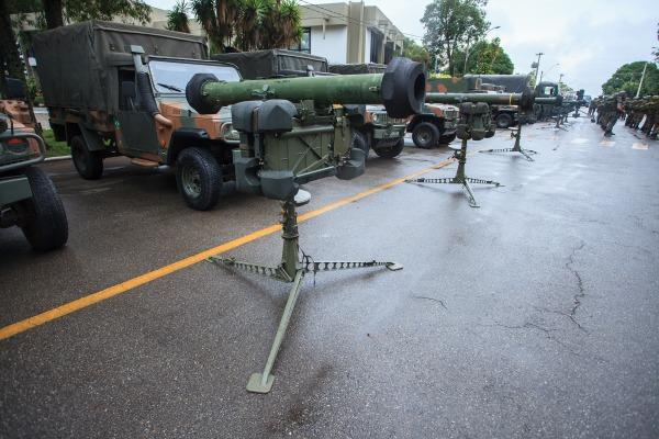 O míssil RBS 70 é telecomandado por intermédio da iluminação do alvo