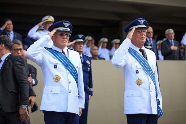 Comandantes substituto e substituído