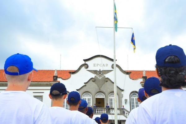 Os aprovados no concurso fizeram a transposição do Portão da Guarda, ato simbólico que marca o início do ano letivo