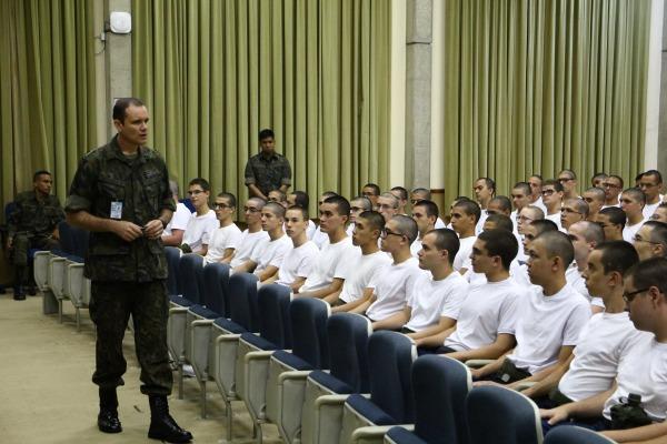 Todos os aprovados no processo seletivo do Instituto Tecnológico de Aeronáutica passam por formação militar no primeiro ano