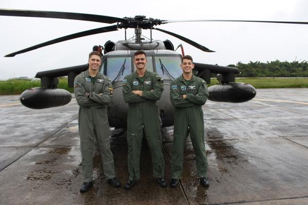 Irmãos e primo seguem a carreira militar e servem no Esquadrão Harpia, em Manaus (AM)