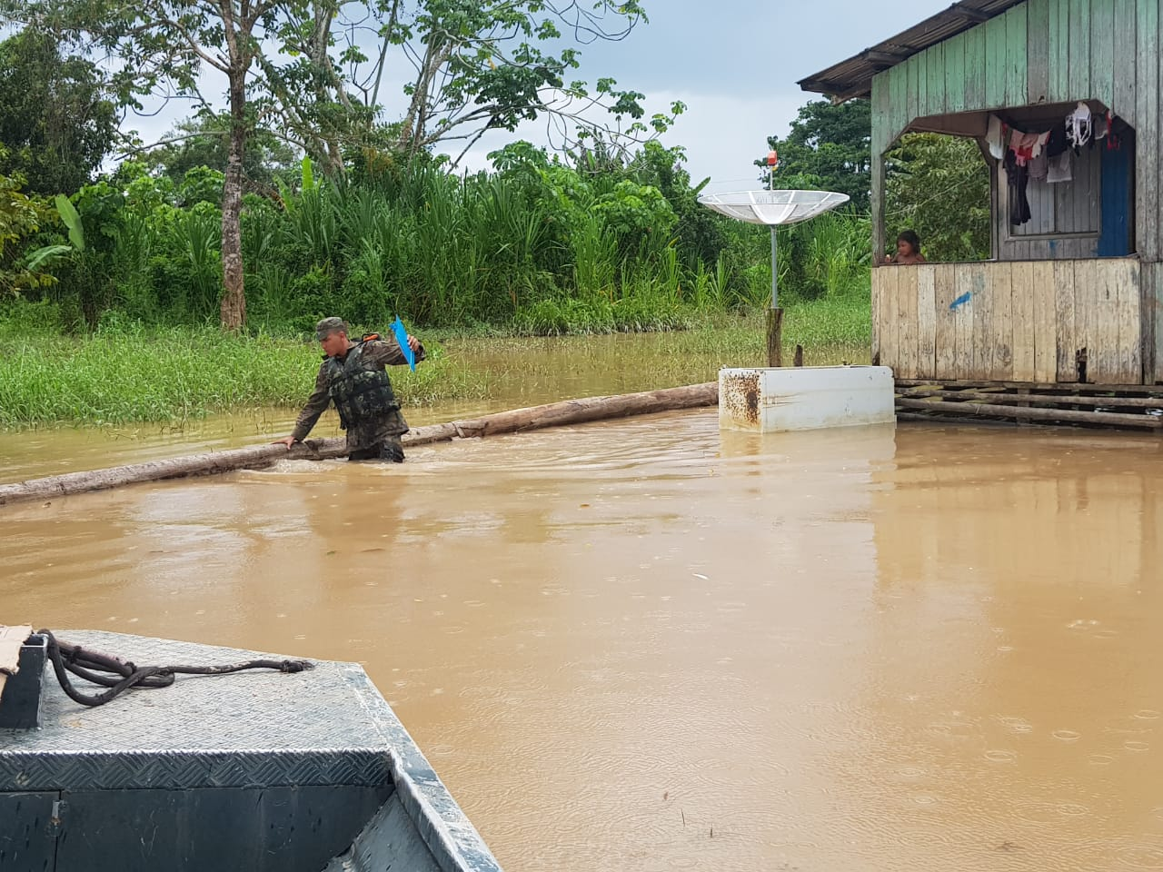 Equipe do Destacamento de Controle de Tráfego Aéreo de Cruzeiro do Sul ajuda população ribeirinha