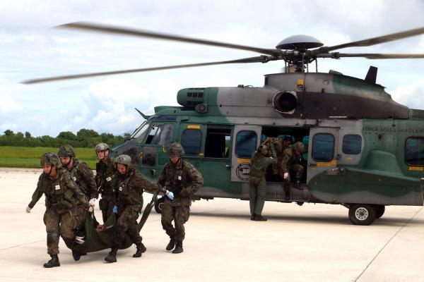 Treinamento prevê situações envolvendo militares feridos a serem resgatados em áreas inóspitas