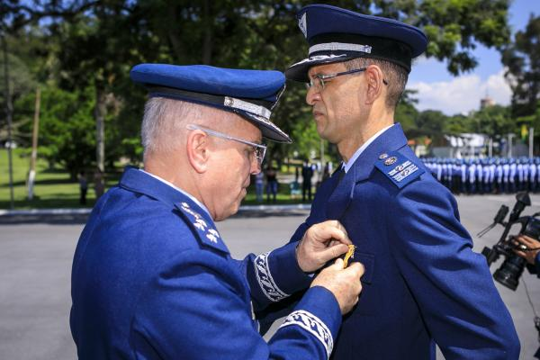 Militares foram homenageados com a Medalha Bartolomeu de Gusmão, nesta segunda-feira (25), em Guaratinguetá (SP)