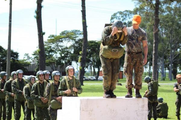 Cadetes treinam para o salto de emergência