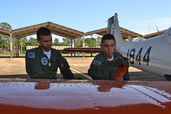 Cadete realiza inspeção externa supervisionada pelo instrutor