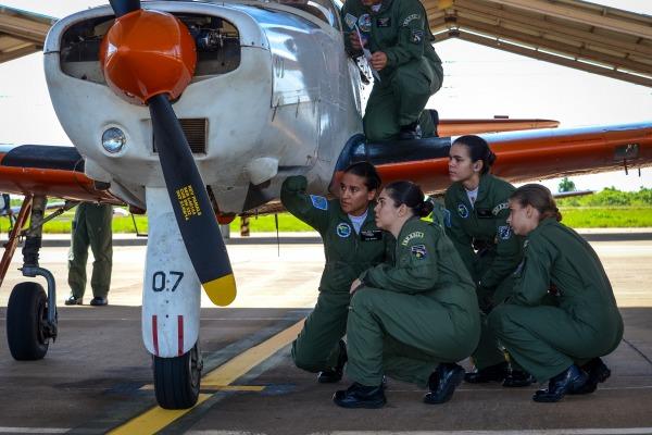 Após quase um ano e meio de preparo, é hora de aplicar a teoria e realizar os primeiros voos no T-25 Universal. Antes, os cadetes realizaram instruções de salto de emergência
