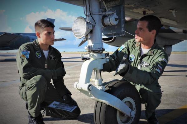 Instrutor e estagiário fazem a inspeção externa da aeronave