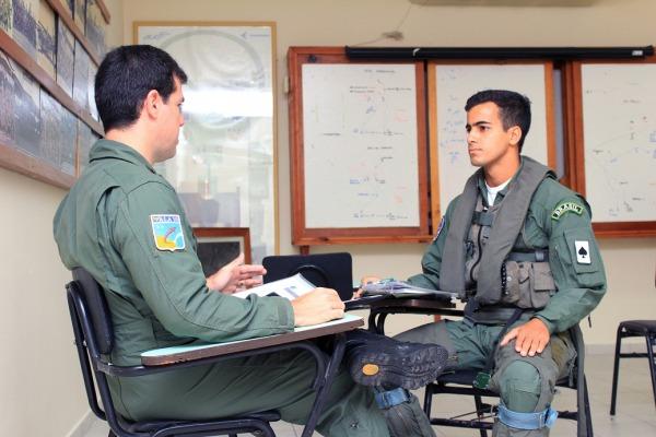 Tenente-Coronel Barbosa realiza o briefing com o Aspirante Eloysio