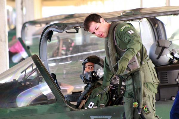 O instrutor dá as ultimas orientações ao estagiário ainda fora da aeronave