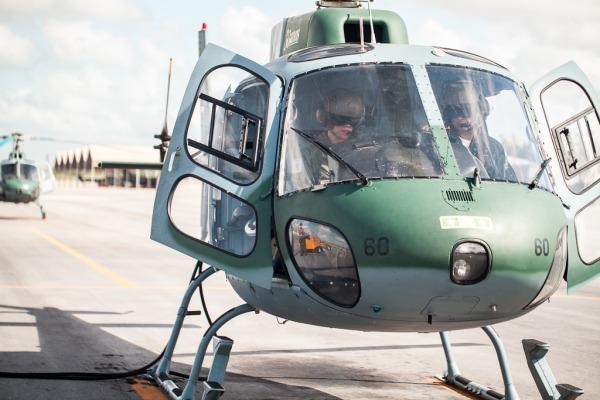 Instrutor e estagiário a bordo do H-50 Esquilo antes da decolagem