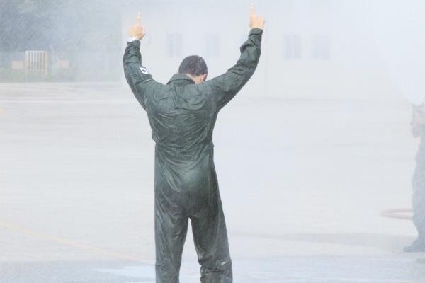 Aspirante Gava recebendo o banho após o voo solo
