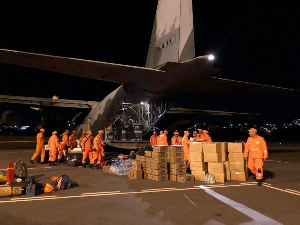 Primeiro pouso aconteceu em Belo Horizonte (MG), nesta sexta-feira (29), com embarque de militares, bombeiros e materiais