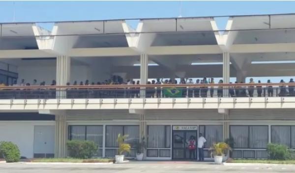 Integrantes da comunidade brasileira acompanham a chegada dos aviões a Beira