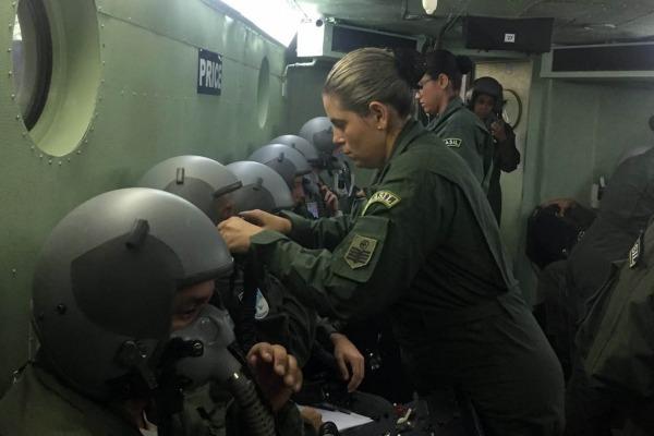 Durante simulação, militares são submetidos a possíveis adversidades, como despressurização de cabine, necessidade de ejeção e desorientação espacial