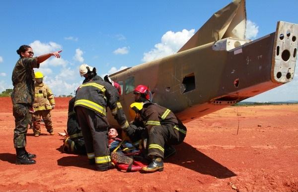 Futuros oficiais em formação no Centro de Instrução e Adaptação da Aeronáutica passam por treinamentos operacionais