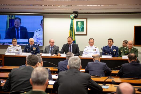 Foram citados os projetos estratégicos, as missões desempenhadas pelas Forças Armadas e o projeto de reestruturação da carreira