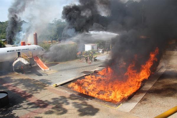 Exercício simula incêndio causado por uma queda de aeronave Boeing 737 e envolveu 20 instituições