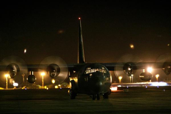 Esquadrões utilizam óculos de visão noturna e farol com filtro infravermelho