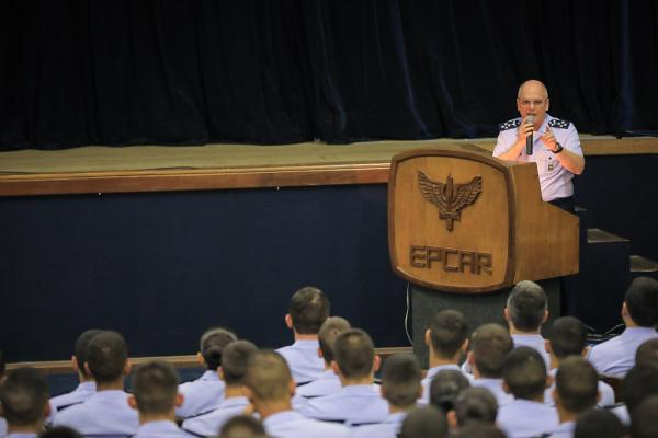 Apresentação aos 502 alunos abordou as características inerentes aos líderes e particularidades do perfil dos militares da FAB. A palestra faz parte dos eventos alusivos aos 70 anos da Nascente do Poder Aéreo