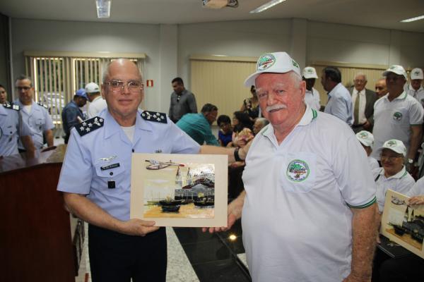 Comandante da Aeronáutica recebe lembrança da Associação dos Catalineiros